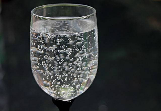 water-glass-2686973_640-min.jpg