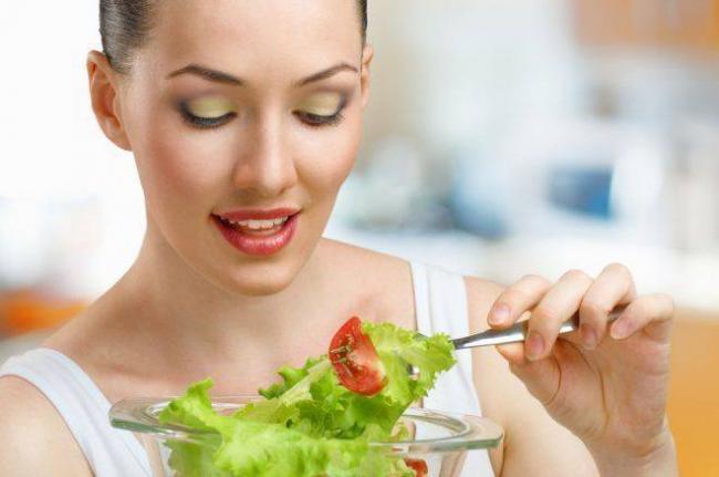 Devushka-est-salat.jpg