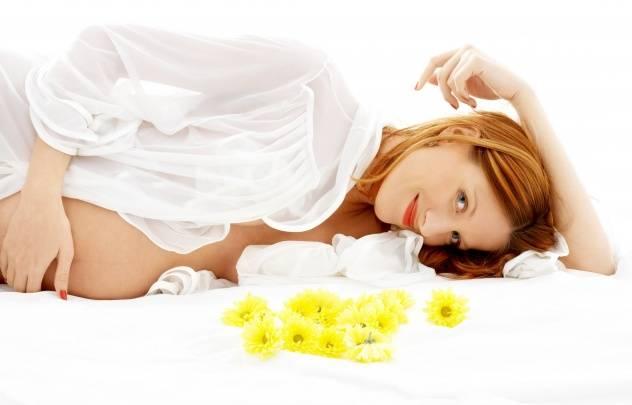 Беременная женщина с цветами